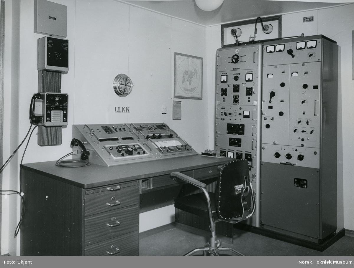 Interiør, radiorom på tankeren M/S Beau, B/N 548. Skipet ble levert av Stord Verft og Akers Mek. Verksted 27. oktober 1964 til Bjørn Bjørnstad & Co.