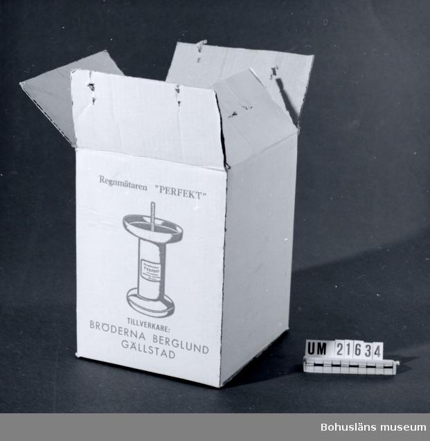 """594 Landskap BOHUSLÄN  Emballage till regnmätare UM21635. Märkt: """"Regnmakaren Perfekt"""". Tillverkare Bröderna Berglund Gällstad.  UMFF 38:5"""