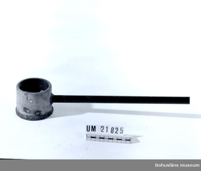 410 Mått/Vikt ! 2,3 KG, L 42, DIAM 8,5, DIAM 2 CM 594 Landskap BOHUSLÄN  2 1/2 tums rörmuff med påsvetsad järnplatta och elektrikerrör till handtag. Halv med bly.  UMFF 56:4.