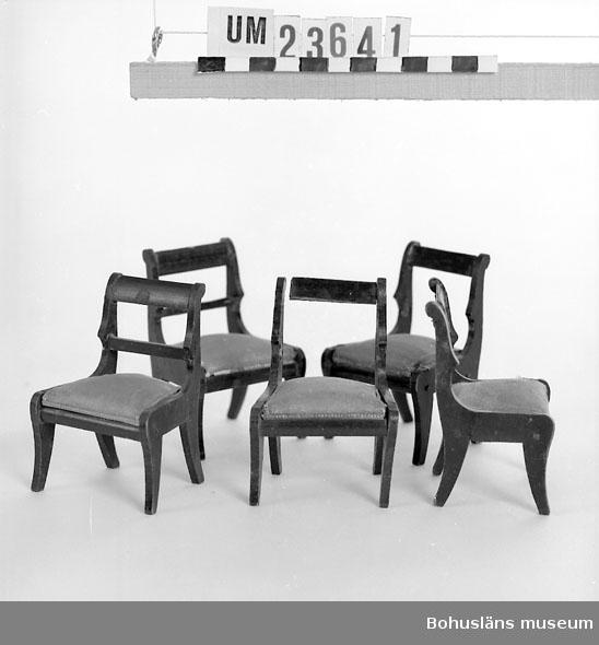 594 Landskap BOHUSLÄN  Stolar i empirestil. Sits klädd med blå bomullssatin. På tre stolar saknas ryggstödets tvärslå.   Neg. nr UM 147:12