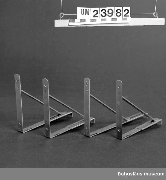 594 Landskap BOHUSLÄN  Glasskivor med metallkonsoller, glasskiva. L: 70 cm B:17 cm. Föremål från Brorssons Damfrisering i Kungshamn, se UM023941.