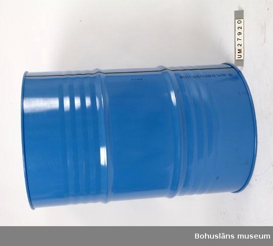 """Föremål  insamlade i projektet Oil Field Girls - petrokemisk industri i Stenungsund 2003-2004.  Blåmålat påtfat, troligen aluminiumplåt, med två öppning på ovansidan, den ena med förslutning av gulmetall, den andra med gulmålat lock märkt: SEALED AND  PROTECTED  Fatet är tomt.  Produkterna som tillverkas på Akzo Nobel Surface Chemistry levereras i  olika  slags emballage.  Ett av emballagen är plåtfat. Det finns olika typer av plåtfat, en sort är helt i plåt sedan finns det plastade fat. Dessa har plastbehållare inuti plåtfatet. Sammanhör med UM27921.  Föremålen är resultatet av en direkt inbjudan till deltagarna i projektet att föreslå föremål som skulle kunna samlas in till museet. Plåtfaten finns med i webbutställningen men det var insamlingsgruppen som föreslog att vi skulle ta in ett plåtfat till museet. En väldigt liten del av Akzo Nobels produkter levereras  annars i fat, det mesta går via rör till båtar i hamnen. Det är väldigt speciella produkter som sänds i fat.   Plåtfatet ingår tillsammans med etiektterna, UM27921 webutställningens avsnitt  Logistik  som presenteras så här:  """"Logistik Logistiken omfattar bl a in-och utgående leveranser av råvaror och färdiga  produkter.  På Akzo Nobel Surface Chemistry kommer de färdiga produkterna från fabriken  via stora rörledningar, för att fyllas i någon form av fat, enco eller direkt till lastbilar.  Lastbilarna är utrustade på olika sätt för att kunna ta emot produkterna. Det finns bulkcontainer och vanliga tankbilar.  Kunden väljer hur den vill ha produkten levererad i fat, enco , bulk m.m. Logistiken består av olika arbetsgrupper: kontoret, bulkgänget, truckförare och fatgänget.  På kontoret tar man hand om all orderbehandling.  Bulkgänget fyller eller tömmer från lastbilar eller järnvägsvagnar. Två arbetsgrupper kör truck. En truckgrupp tar hand om fat och  övrigt styckegods som skall lossas  och lastas på lastbilarna.  Den andra truckgruppen består av tre förare och dessa servar de tre operatörer  som kör de o"""