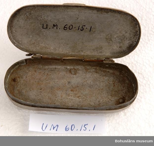 Oval tobaksdosa av försilvrad mässing utfällbart knivblad och utfällbar  korkskruv.  Ur punktnummerkatalogen 1958-1976: Hakon Eriksson, U:a