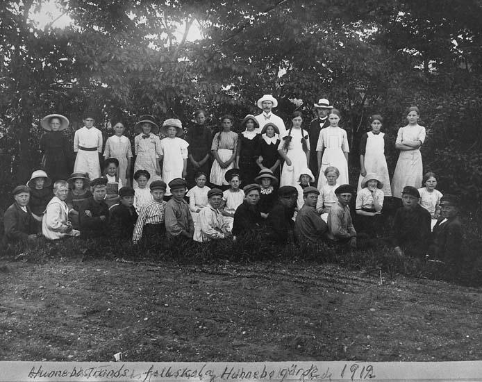 """Text som medföljer kortet: """"Hunnebostrands folkskola, Hunnebogärde 1912""""."""