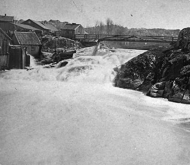 """Enligt text på fotot: """"Vattenfallet och kvarnen vid Strömberget från nordväst""""."""