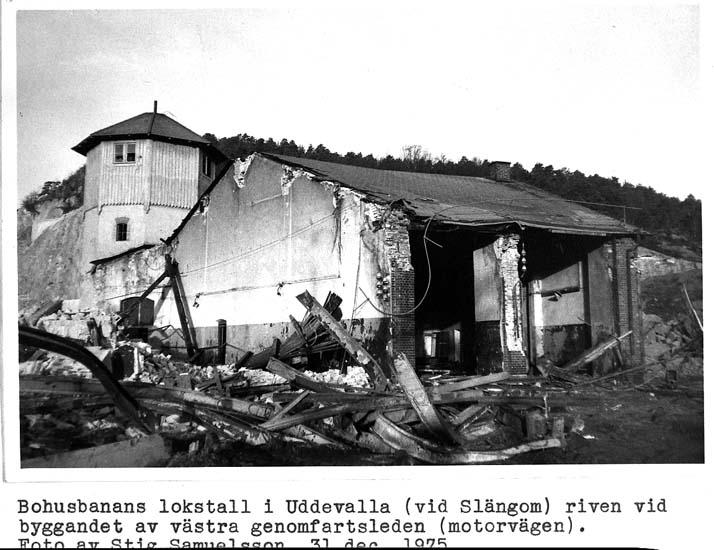 """Text på kortet: """"Bohusbanans lokstall i Uddevalla (vid Slängom) riven vid byggandet av västra genomfartsleden (motorvägen). Foto av Stig Samuelsson 31 dec. 1975""""."""