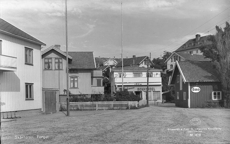 """Enligt AB Flygtrafik Bengtsfors: """"Skärhamn Bohuslän"""". Enligt text på fotot: """"Skärhamn. Torget""""."""