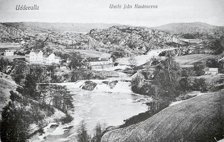 Tryckt text på bildens framsida: Utsikt från Kasärnerna. Uddevalla.