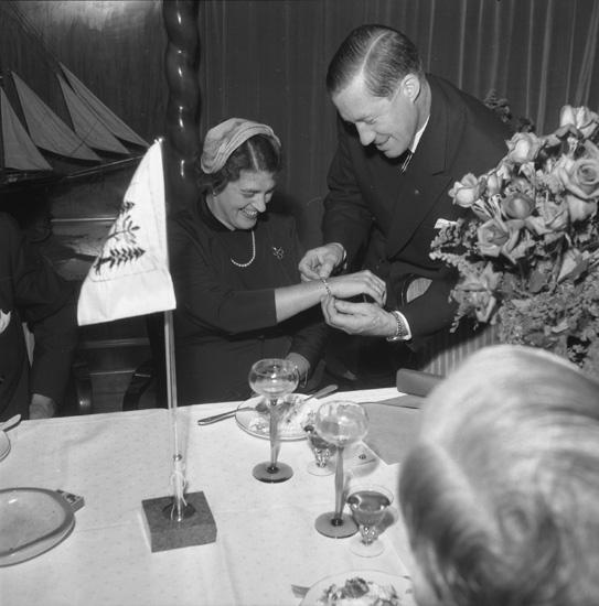 Sjösättningsmiddag för fartyget 148 M/S Silvia. Fartygets gudmor får ett smycke av varvets dåvarande VD Helge Hagelin.