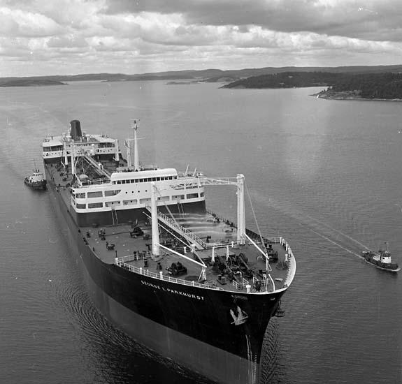 Fartyg nr. 202 George L Parkhurst D.W.T. 68.100. Klar för leverans. Levererades 30-09-60 En bogserbåt på var sida om fartyget.