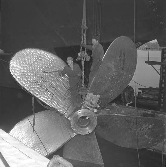 Runar Vikström hänger propeller.
