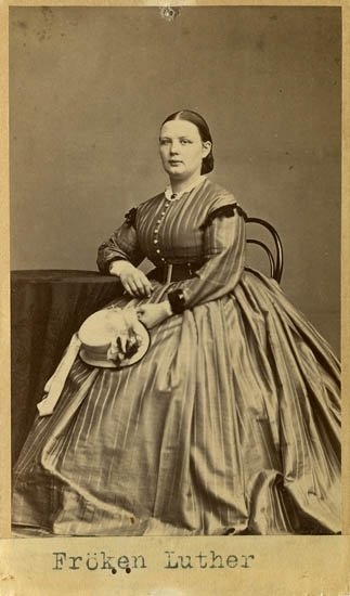 "Text på kortets baksida: ""Fröken Luther""."