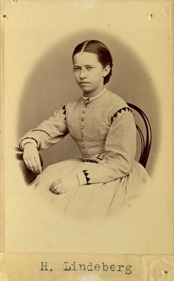 "Text på kortets baksida: ""Johanna Lindeberg, f. Forsberg, Onsala""."