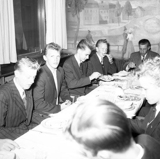 """""""Bohusläningen bjuder på middag på Havet 9 oktober 1955"""". Bakom männen i restaurang Havet syns en väggmålning av konstnären Pelle (Per Axel) Åberg (1909 - 1964), Stockholm."""