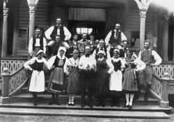 Folkdanslag på Marstrands societetshus 1928