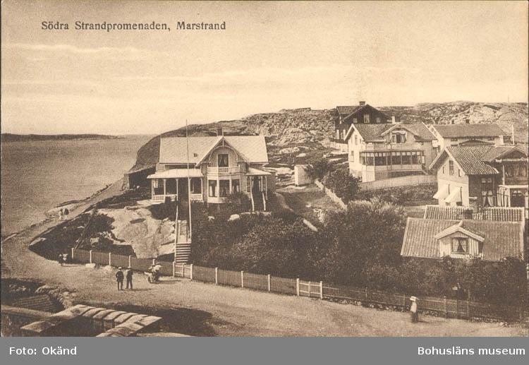 """Tryckt text på kortet: """"Marstrand. Södra Strandpromenaden."""""""