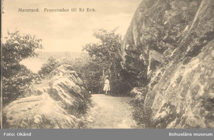 """Tryckt text på kortet: """"Marstrand. Promenaden till St. Erik."""" """"Förlag: Axel Hellman, Marstrand."""""""