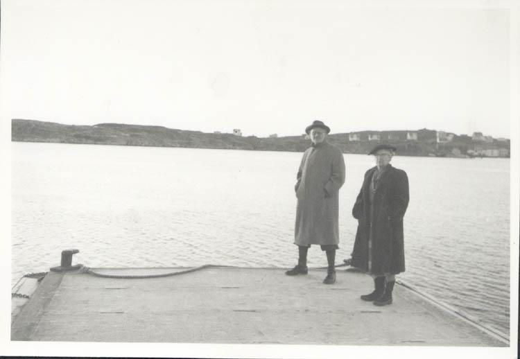 """Noterat på kortet: """"Tuvesvik."""" """"Far och mor. 26.12.1961.""""  ::"""