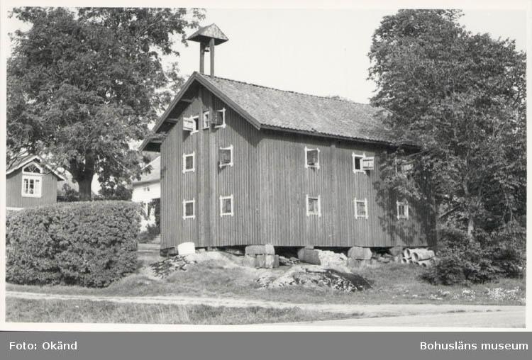 """Noterat på kortet: """"Röe Herrenäset 10 Sept. 1955."""" """"Röe gård. Urspr. Gymnasiehemman tillhörande Hvitfeldtska donationen."""""""