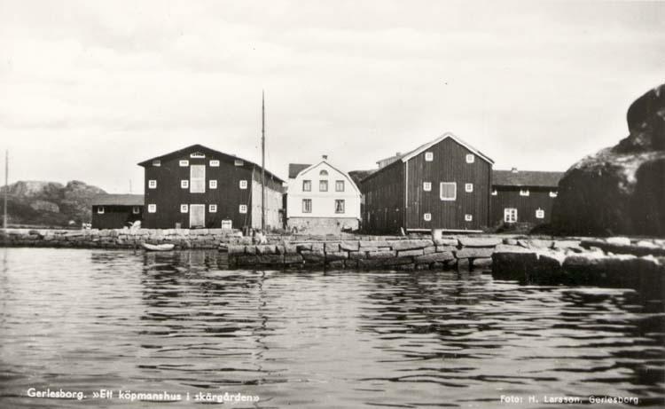 """Vykort. """"Gerlesborg. """"Ett köpmanshus i skärgården.""""  """"Gerlesborg Svenneby Sn. Kville. (Norrviken)."""" """"Köpm. huset o. Magasinen fr. vänster."""""""