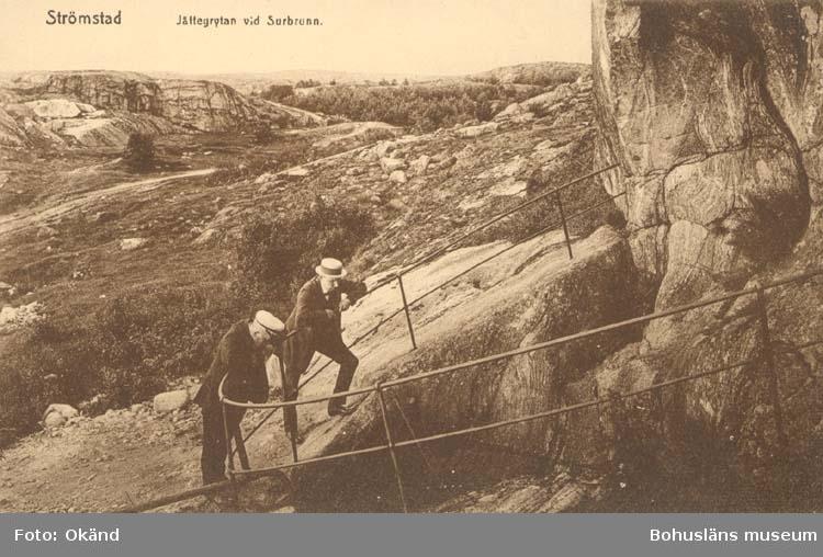 """Tryckt text på kortet: """"Strömstad. Jättegrytan vid Surbrunn."""" """"Krügers Cigarraffär."""""""