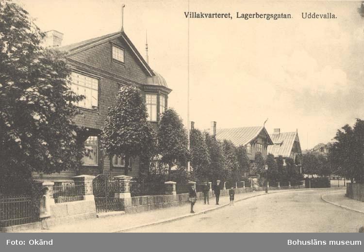 """Tryckt text på kortet: """"Villakvarteret, Lagerbergsgatan, Uddevalla.""""  """"Förlag: Wåhlins eftr. Pappershandel."""""""