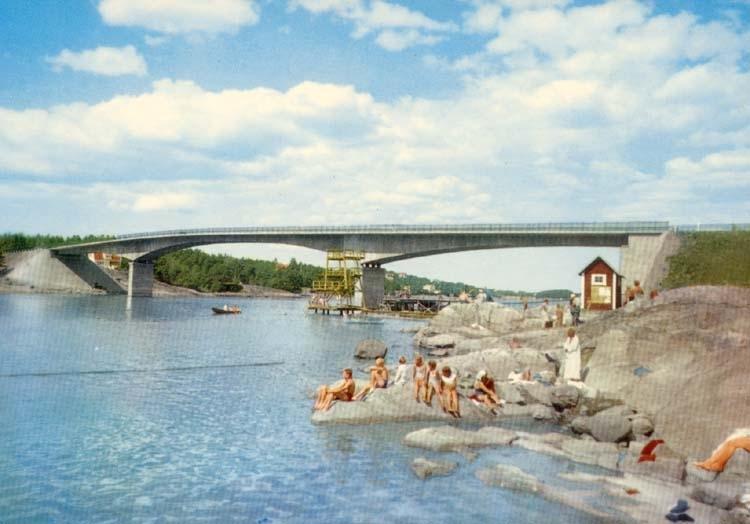 """Tryckt text på kortet: """"Stenungsundsbron med badliv i förgrunden."""" ::"""