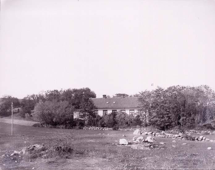 """Enligt text som medföljde bilden: """"Skolhus? 2/6 1912."""""""