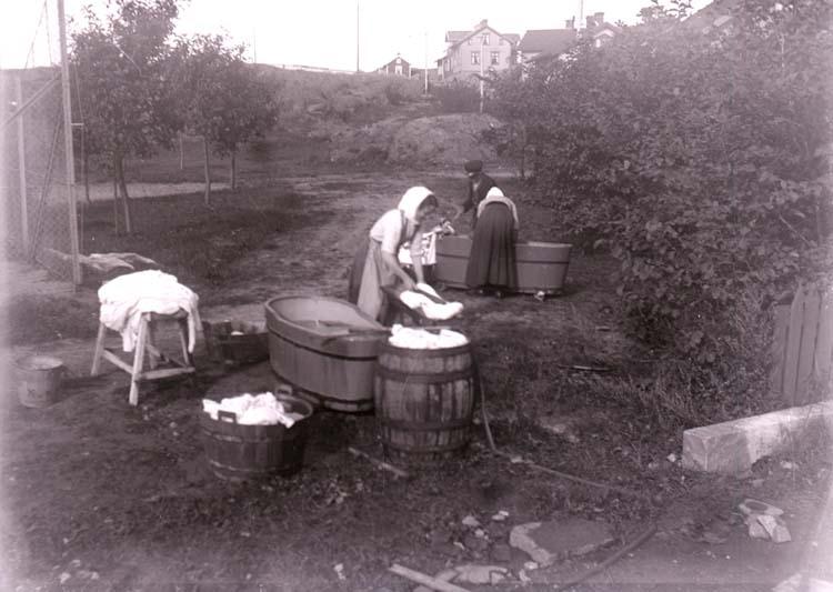 """Enligt text som medföljde bilden: """"Tvätt hus H.H. L.l. Sept. 1914."""" ::"""