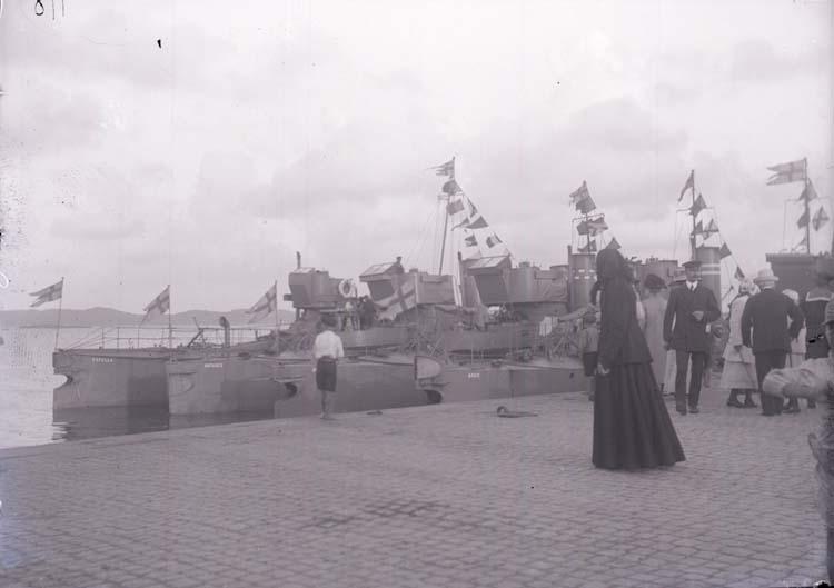 """Enligt text som medföljde bilden: """"Torpeder vid ångbåtsbryggan. Aug. 11."""""""