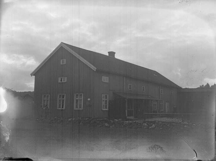 """Enligt text som medföljde bilden: """"Hus, Färlef. Aug. 12."""""""