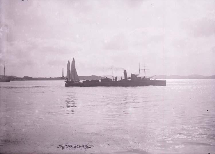 """Enligt text som medföljde bilden: """"Torpedbåt nr. 83 Lysekil. Juni el. Aug. 05."""""""