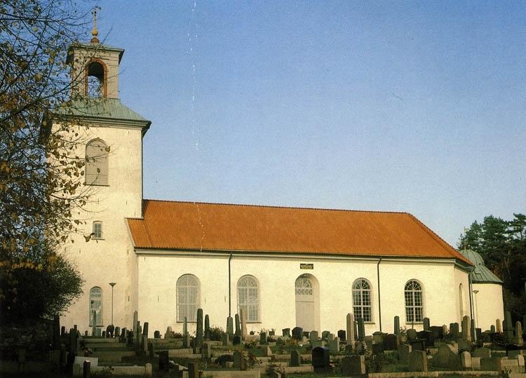 """Text på kortet:""""Valla kyrka i Göteborgs stift. Invigd 1861. Ersatte tidigare kyrka från 1200-talet. Hvitfeldska gravkoret är sammanbyggt med kyrkan i dess östra ända. Där vilar Margareta Hvitfeld, maken Tomas Dyre samt tre barn""""."""