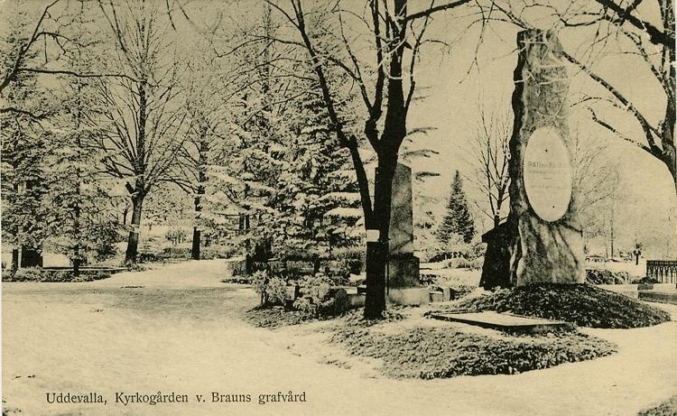 """Tryckt text på vykortets framsida: """"Uddevalla, kyrkogården v. Brauns grafvård."""""""