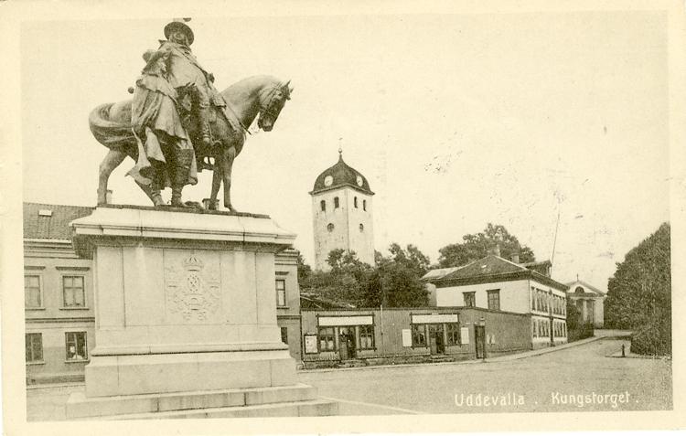 """Tryckt text på vykortets framsida: """"Uddevalla. Kungstorget."""""""