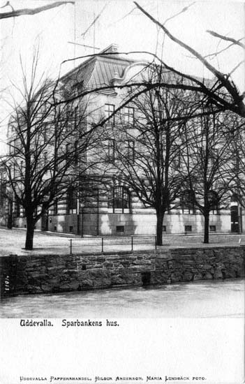 "Tryckt text på vykortets framsida: ""Uddevalla. Sparbankens hus.""  ::"