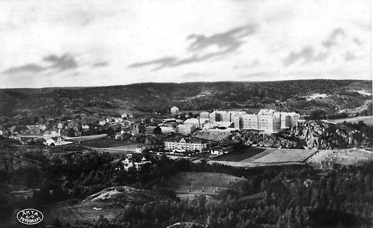"""Tryckt text på vykortets baksida: """"Uddevalla med Kungl. Bohusläns Regtes Kaserner."""""""