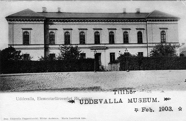"""Tryckt text på vykortets framsida: """"Uddevalla. Elementarläroverket för gossar""""."""