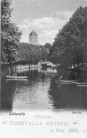 """Tryckt text på vykortets framsida: """"Bäveån Uddevalla"""".  ::"""