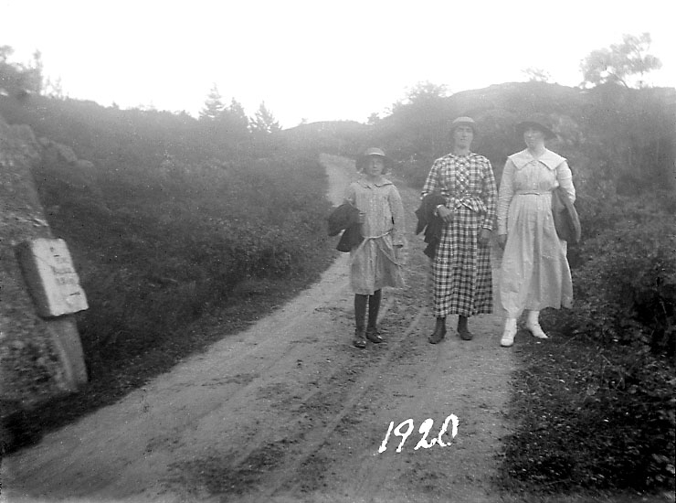 """Enligt noteringar: """"Lisa, Klara och Justina Benjaminsson, 1920""""."""
