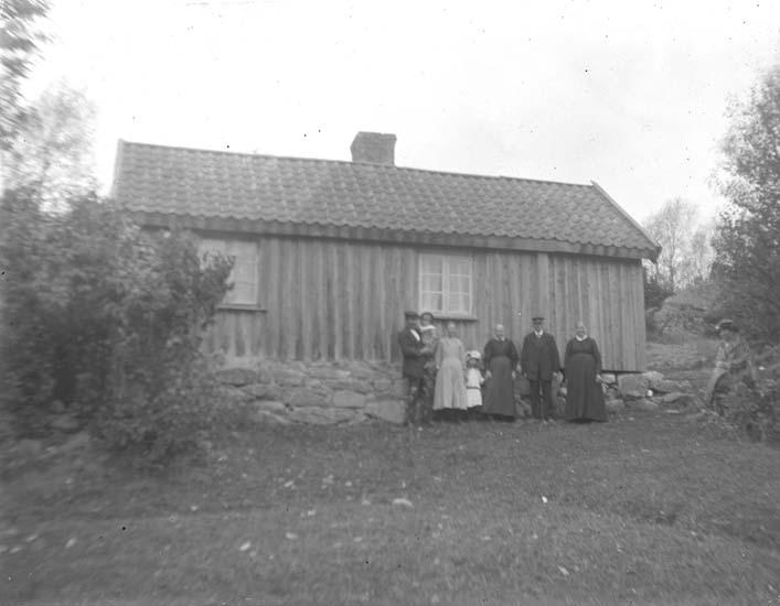 """Enligt notering: """"En grupp framför huset. Möre: Elsa, Sten, Signe, Viola, Jonas, Hilda""""."""