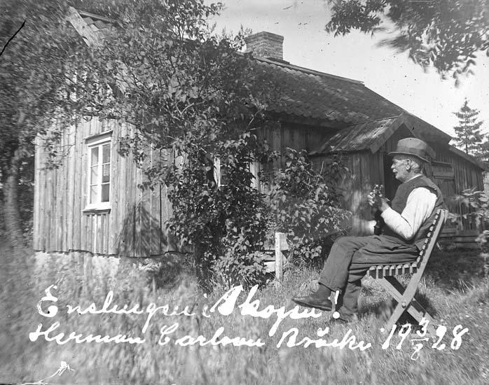 """Skrivet på bilden: """"Enslingen i Skogen! Herman Carlsson Bräcke 3/8 1928."""""""