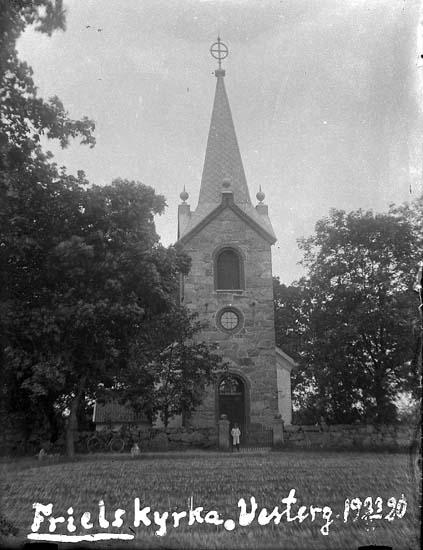 "Enligt text på fotot: ""Friels kyrka, Vesterg, 23/6 1920""."