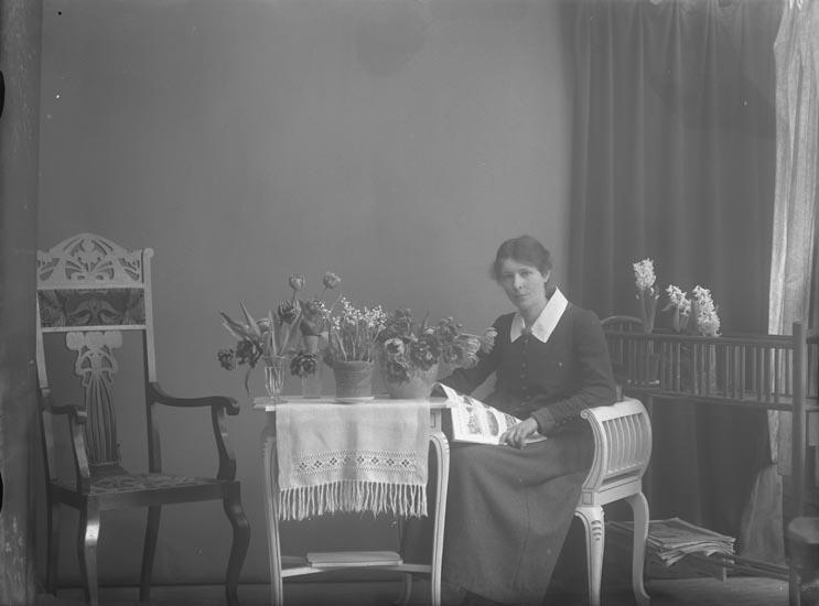 Selma Sahlberg omgiven av blommor efter uppvaktningen på 30-årsdagen.