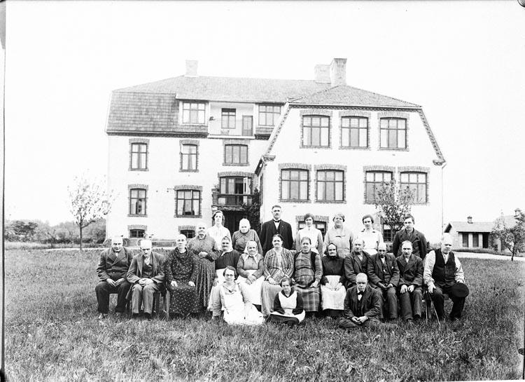 """Enligt fotografens anteckningar: """"1933, 25. Grupp från Kamstorp""""."""