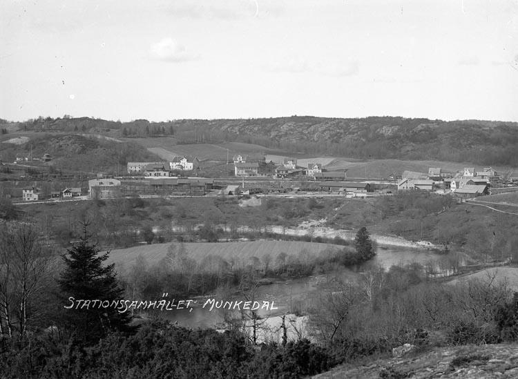 "Enligt fotografens noteringar: ""Stationssamhället Munkedal omkring 1915."""