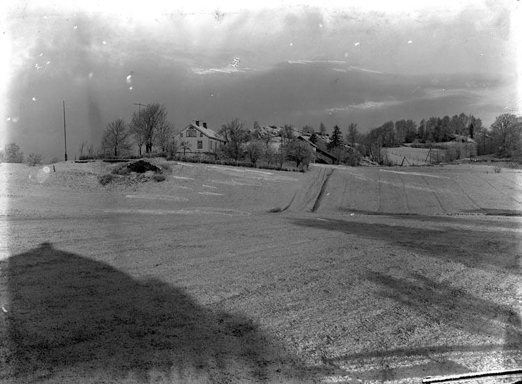 """Enligt fotografens noteringar: """"Hagarne gård, M-dal före bebyggelsen på Möe, - numera villakvarter."""""""