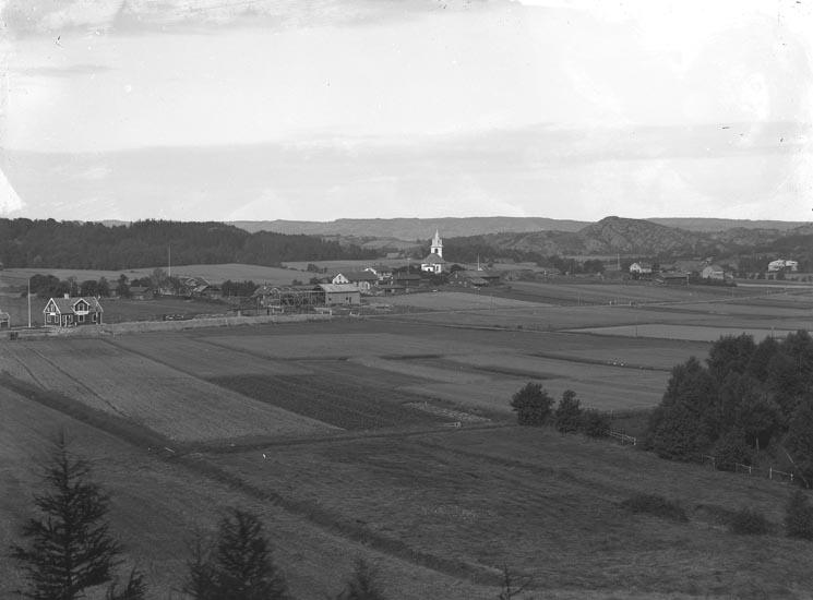 """Enligt fotografens noteringar: """"Håby Gård omkring 1920. Kyrkan med omnejd."""""""