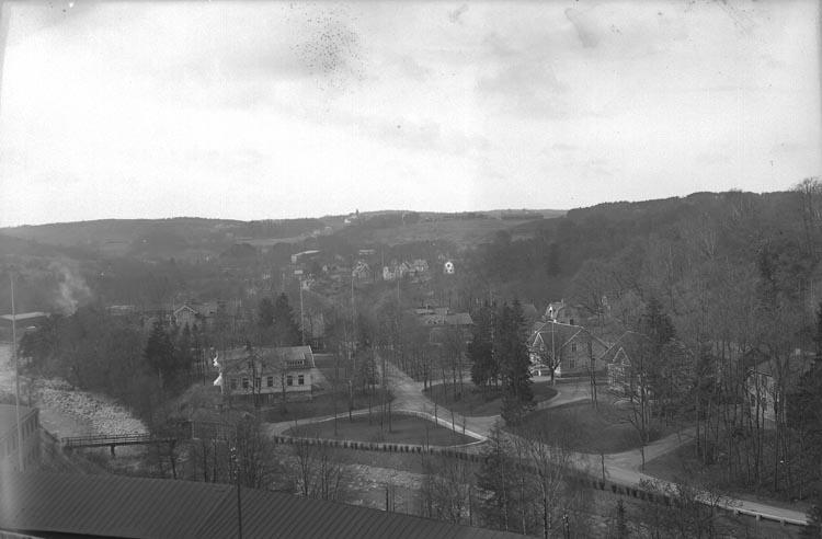 """Enligt fotografens noteringar: """"1941. Munkedals Brukssamhälle"""" ."""