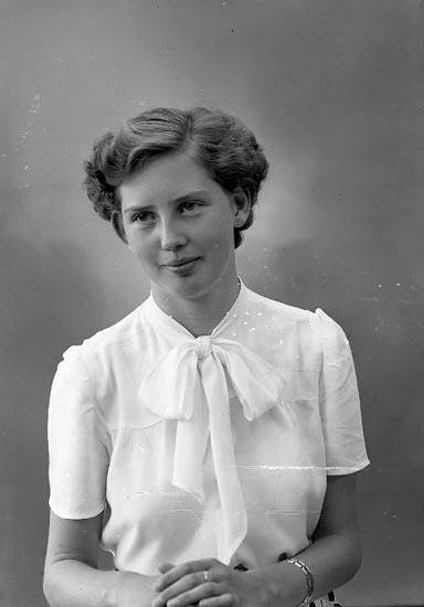 """Enligt fotografens journal nr 7 1944-1950: """"Gustafsson, Fr. Rosa St. Askerön""""."""